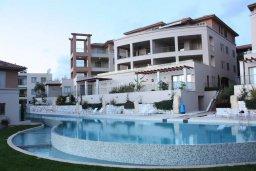 Фасад дома. Кипр, Пафос город : Апартамент в комплексе с бассейном, с гостиной, отдельной спальней и балконом