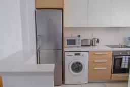 Кухня. Кипр, Пафос город : Двухуровневый таунхаус в комплексе с бассейном, с гостиной, двумя спальнями, двумя ванными комнатами, двумя балконами с видом на море