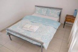 Спальня. Кипр, Пафос город : Двухуровневый таунхаус в комплексе с бассейном, с гостиной, двумя спальнями, двумя ванными комнатами, двумя балконами с видом на море
