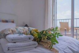 Спальня 2. Кипр, Пафос город : Двухуровневый таунхаус в комплексе с бассейном, с гостиной, двумя спальнями, двумя ванными комнатами, двумя балконами с видом на море