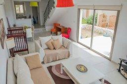 Гостиная. Кипр, Пафос город : Двухуровневый таунхаус в комплексе с бассейном, с гостиной, двумя спальнями, двумя ванными комнатами, двумя балконами с видом на море