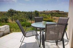 Терраса. Кипр, Пафос город : Двухуровневый таунхаус в комплексе с бассейном, с гостиной, двумя спальнями, двумя ванными комнатами, двумя балконами с видом на море