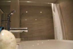Ванная комната. Кипр, Пафос город : Апартамент в комплексе с бассейном, с гостиной, двумя спальнями, двумя ваннами комнатами и балконом