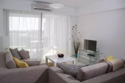 Гостиная. Кипр, Пафос город : Апартамент в комплексе с бассейном, с гостиной, двумя спальнями, двумя ваннами комнатами и балконом