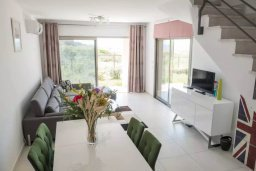 Гостиная. Кипр, Пафос город : Двухуровневый таунхаус в комплексе с бассейном, с гостиной, двумя спальнями, двумя ванными комнатами, c террасой и балконом с видом на море