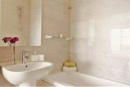 Ванная комната. Кипр, Пафос город : Двухуровневый таунхаус в комплексе с бассейном, с гостиной, двумя спальнями, двумя ванными комнатами, c террасой и балконом с видом на море