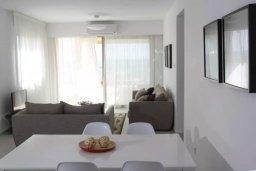 Гостиная. Кипр, Пафос город : Апартамент в комплексе с бассейном, с гостиной, двумя спальнями, двумя ваннами комнатами и большим балконом с видом на море