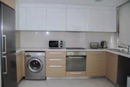 Кухня. Кипр, Пафос город : Апартамент в комплексе с бассейном, с гостиной, двумя спальнями, двумя ваннами комнатами и большим балконом с видом на море