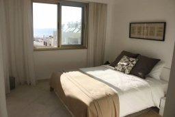 Спальня. Кипр, Пафос город : Апартамент в комплексе с бассейном, с гостиной, двумя спальнями, двумя ваннами комнатами и большим балконом с видом на море