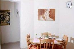 Обеденная зона. Кипр, Пафос город : Апартамент в комплексе с бассейном, с гостиной, двумя спальнями, двумя ванными комнатами и балконом