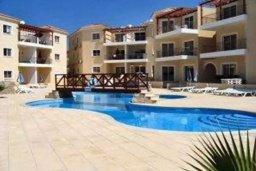 Бассейн. Кипр, Пафос город : Апартамент в комплексе с бассейном, с гостиной, двумя спальнями, двумя ванными комнатами и балконом