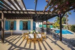 Обеденная зона. Кипр, Санрайз Протарас : Уютная вилла с бассейном и двориком с барбекю, 3 спальни, 3 ванные комнаты, парковка, Wi-Fi