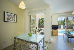 Обеденная зона. Кипр, Санрайз Протарас : Прекрасная вилла с бассейном и двориком с барбекю, 2 спальни, 2 ванные комнаты, парковка, Wi-Fi