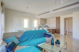 Гостиная. Кипр, Центр Лимассола : Современный апартамент в комплексе с бассейном и в 100 метрах от пляжа, с большой гостиной, двумя спальнями, двумя ванными комнатами и большим балконом с видом на море