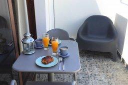 Балкон. Кипр, Центр Айя Напы : Уютная студия с кондиционером, плазменным телевизором и балконом