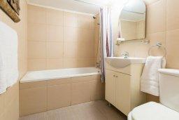 Ванная комната. Кипр, Центр Айя Напы : Уютная студия с кондиционером, плазменным телевизором и балконом