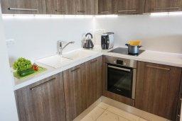 Кухня. Кипр, Центр Лимассола : Современный апартамент в комплексе с бассейном и в 100 метрах от пляжа, с гостиной, отдельной спальней и балконом