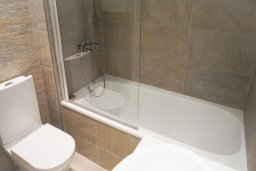Ванная комната. Кипр, Центр Лимассола : Современный апартамент в комплексе с бассейном и в 100 метрах от пляжа, с гостиной, отдельной спальней и балконом