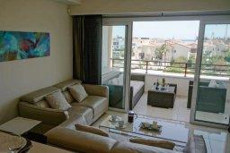 Гостиная. Кипр, Центр Лимассола : Современный апартамент в комплексе с бассейном и в 100 метрах от пляжа, с гостиной, отдельной спальней и балконом