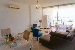Гостиная. Кипр, Пейя : Апартамент в комплексе с бассейном, с гостиной, отдельной спальней и балконом