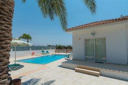 Фасад дома. Кипр, Ионион - Айя Текла : Прекрасная вилла с большим бассейном и зеленым двориком в 100 метрах от пляжа, 4 спальни, 2 ванные комнаты, барбекю, парковка, Wi-Fi