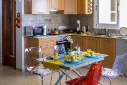 Кухня. Кипр, Ларнака город : Современный апартамент с видом на солёное озеро, с гостиной, двумя спальнями и балконом