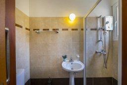 Ванная комната. Кипр, Ларнака город : Современный апартамент с видом на солёное озеро, с гостиной, двумя спальнями и балконом