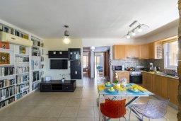 Гостиная. Кипр, Ларнака город : Современный апартамент с видом на солёное озеро, с гостиной, двумя спальнями и балконом
