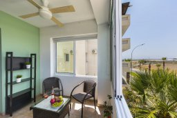 Балкон. Кипр, Ларнака город : Современный апартамент с видом на солёное озеро, с гостиной, двумя спальнями и балконом