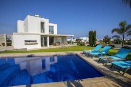 Фасад дома. Кипр, Фиг Три Бэй Протарас : Современная вилла с бассейном и зеленой лужайкой, 2 спальни, 2 ванные комнаты, патио, барбекю, парковка, Wi-Fi