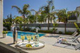Зона отдыха у бассейна. Кипр, Каппарис : Прекрасная вилла с бассейном и двориком с барбекю, 4 спальни, 3 ванные комнаты, парковка, Wi-Fi