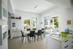 Обеденная зона. Кипр, Каппарис : Прекрасная вилла с бассейном и двориком с барбекю, 4 спальни, 3 ванные комнаты, парковка, Wi-Fi