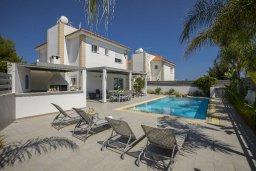 Фасад дома. Кипр, Каппарис : Прекрасная вилла с бассейном и двориком с барбекю, 4 спальни, 3 ванные комнаты, парковка, Wi-Fi