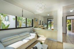 Гостиная. Кипр, Санрайз Протарас : Уютная вилла с бассейном и приватным двориком, 3 спальни, 2 ванные комнаты, барбекю, парковка, Wi-Fi
