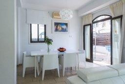 Обеденная зона. Кипр, Санрайз Протарас : Уютная вилла с бассейном и приватным двориком, 3 спальни, 2 ванные комнаты, барбекю, парковка, Wi-Fi