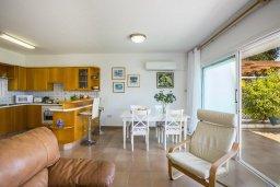 Гостиная. Кипр, Пернера : Двухуровневый апартамент в 70 метрах от пляжа, с гостиной, 3-мя спальнями и террасой с видом на море