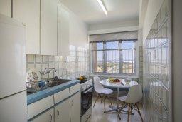 Кухня. Кипр, Ларнака город : Современный апартамент в 30 метрах от пляжа, с гостиной, двумя спальнями и балконом с видом на море
