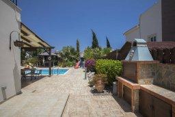 Территория. Кипр, Ионион - Айя Текла : Прекрасная вилла в 100 метрах от пляжа, с бассейном и зеленым двориком с барбекю, 3 спальни, 2 ванные комнаты, патио, парковка, Wi-Fi