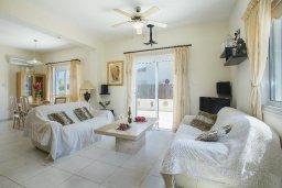 Гостиная. Кипр, Ионион - Айя Текла : Прекрасная вилла в 100 метрах от пляжа, с бассейном и зеленым двориком с барбекю, 3 спальни, 2 ванные комнаты, патио, парковка, Wi-Fi