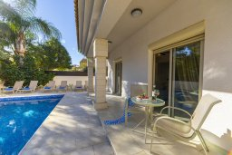 Зона отдыха у бассейна. Кипр, Каппарис : Прекрасная вилла в 100 метрах от пляжа с бассейном и двориком с барбекю, 3 спальни, 3 ванные комнаты, парковка, Wi-Fi