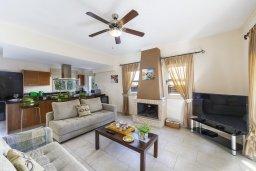 Гостиная. Кипр, Каппарис : Прекрасная вилла в 100 метрах от пляжа с бассейном и двориком с барбекю, 3 спальни, 3 ванные комнаты, парковка, Wi-Fi