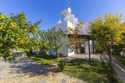 Фасад дома. Кипр, Фиг Три Бэй Протарас : Прекрасная вилла с зеленым двориком, патио и барбекю, 5 спален, 2 ванные комнаты, парковка, Wi-Fi