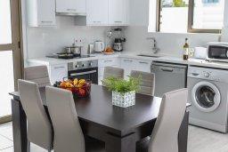 Кухня. Кипр, Пернера Тринити : Современная вилла с бассейном и двориком с барбекю, 3 спальни, 2 ванные комнаты, парковка, Wi-Fi