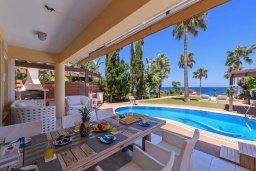 Обеденная зона. Кипр, Каппарис : Роскошная вилла в 100 метрах от пляжа с бассейном, джакузи и зеленой территорией, 5 спален, 4 ванные комнаты, барбекю, парковка, Wi-Fi