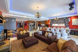 Гостиная. Кипр, Каппарис : Роскошная вилла в 100 метрах от пляжа с бассейном, джакузи и зеленой территорией, 5 спален, 4 ванные комнаты, барбекю, парковка, Wi-Fi