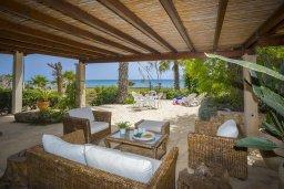 Патио. Кипр, Нисси Бич : Уютная вилла в 50 метрах от пляжа с зеленой территорией, 2 спальни, барбекю, парковка, Wi-Fi