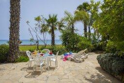Терраса. Кипр, Нисси Бич : Уютная вилла в 50 метрах от пляжа с зеленой территорией, 2 спальни, барбекю, парковка, Wi-Fi