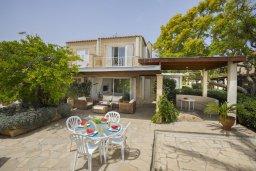 Фасад дома. Кипр, Нисси Бич : Уютная вилла в 50 метрах от пляжа с зеленой территорией, 2 спальни, барбекю, парковка, Wi-Fi