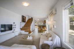 Гостиная. Кипр, Нисси Бич : Уютная вилла в 50 метрах от пляжа с зеленой территорией, 2 спальни, барбекю, парковка, Wi-Fi