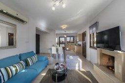 Гостиная. Кипр, Ионион - Айя Текла : Современная вилла с 2 спальнями, приватным двориком с патио и барбекю, расположена в тихом закрытом комплексе с бассейном
